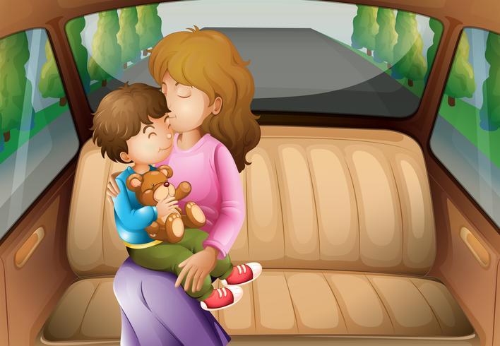 Junge und Mutter auf dem Rücksitz