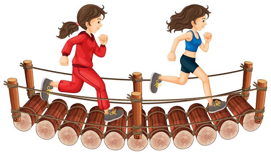Zwei Mädchen, die auf der Holzbrücke laufen