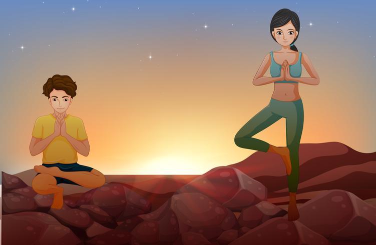 Uomo e donna che fanno yoga sulle rocce