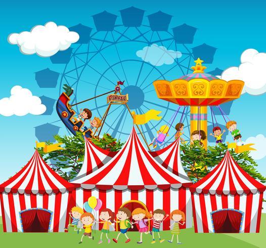 Escena de circo con niños y paseos.