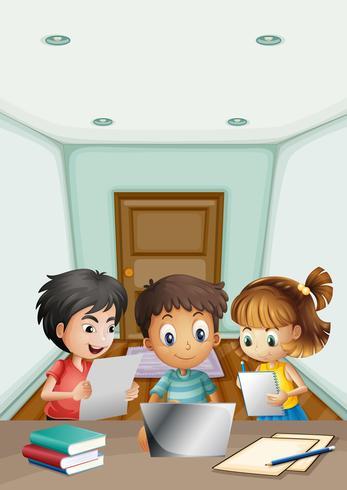 Niños trabajando en grupo en la habitación.