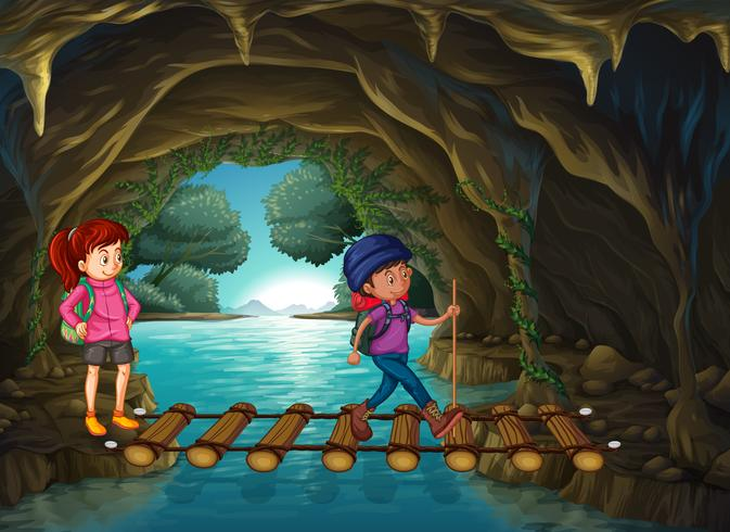 Två turister som går i grottan