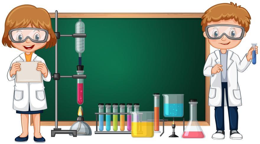 Niños haciendo experimento de laboratorio de ciencias con pizarra en el fondo