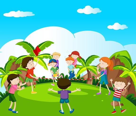 Muchos niños jugando y corriendo en el parque