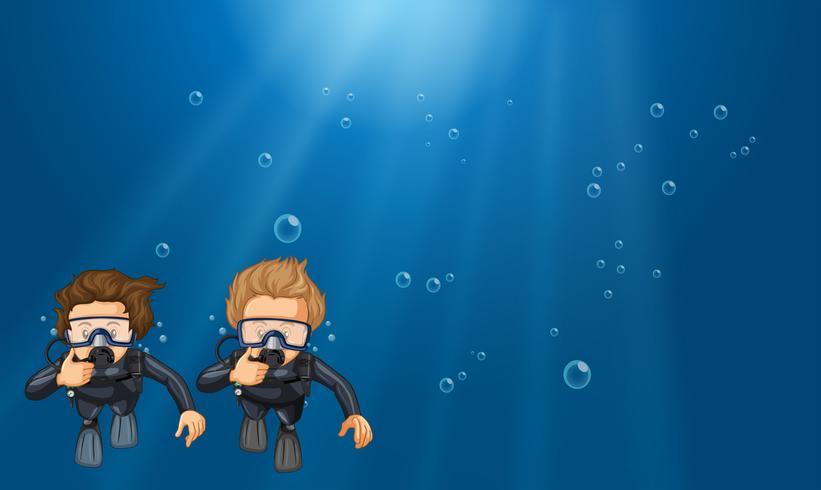 Scène met twee duikers onderwater