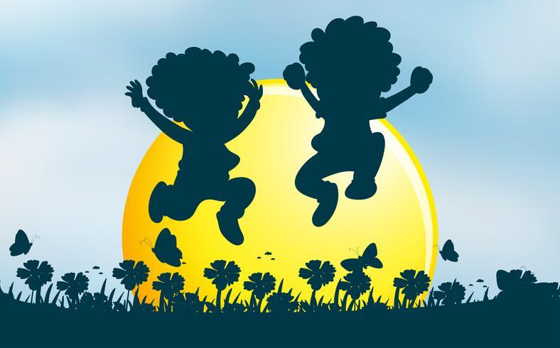 Deux enfants sautant dans le jardin