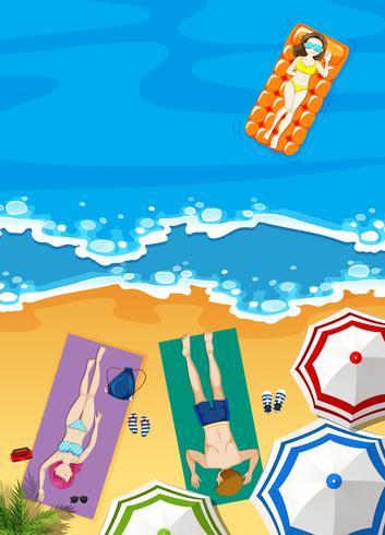 Férias de verão na praia com as pessoas tomando banho de sol