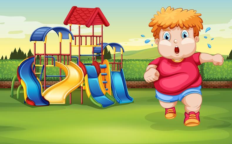 Un niño gordo corriendo en el parque