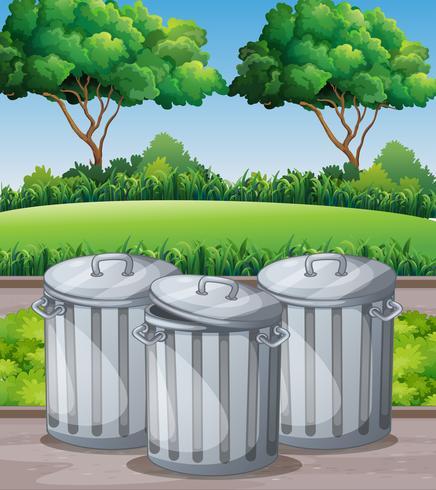 Tre trashcans i parken