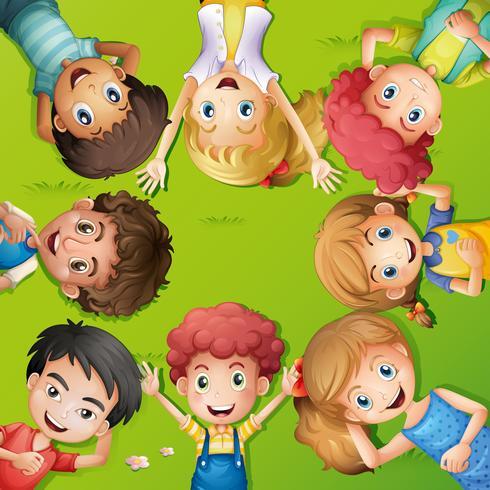 Veel kinderen die op gras liggen