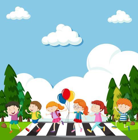 Veel kinderen steken de straat over