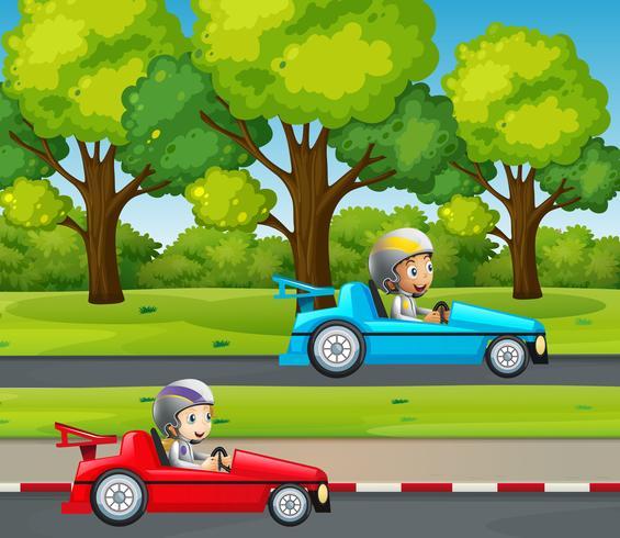 Coche de carreras de dos niños en el parque