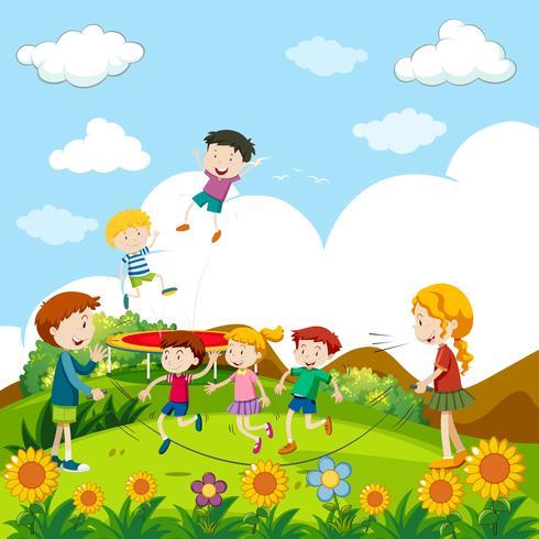 Niños saltando a la cuerda en el parque