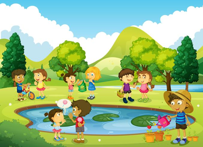 Barn har kul i parken