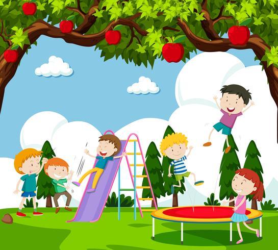 Kinderen die dia spelen en op trampoline stuiteren