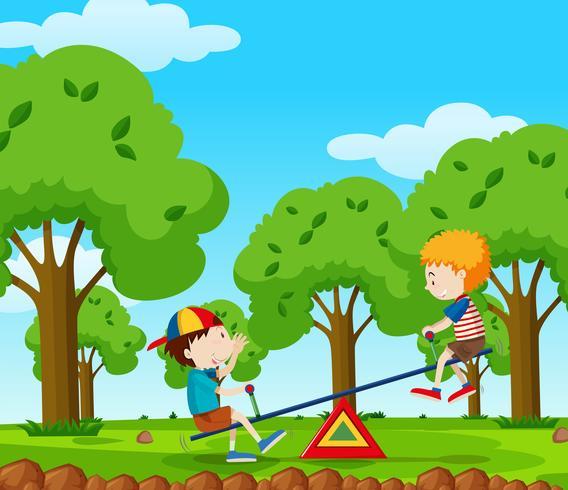 Deux garçons jouant à la balançoire dans le parc
