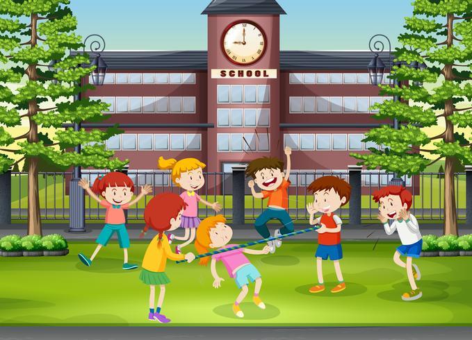 Viele Kinder spielen auf dem Schulgelände