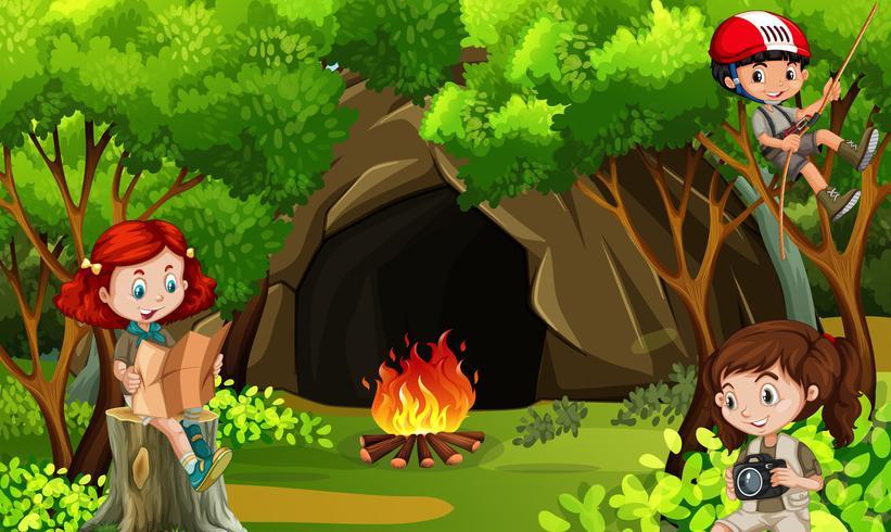 Drei Kinder, die im Wald kampieren
