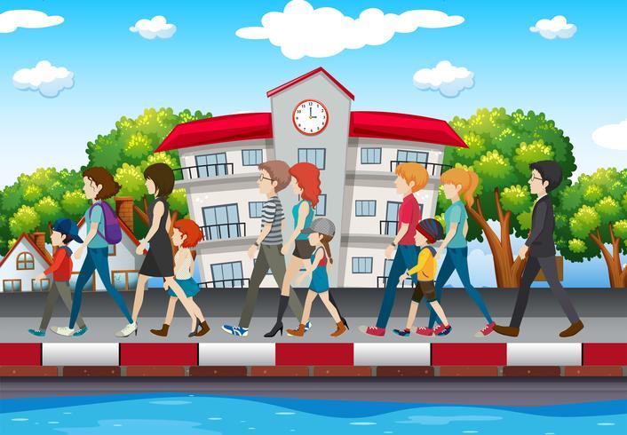 Gente che cammina sul marciapiede