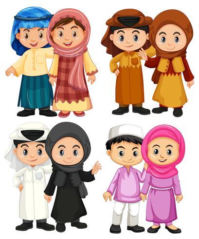 Quatro casal de crianças muçulmanas em trajes tradicionais