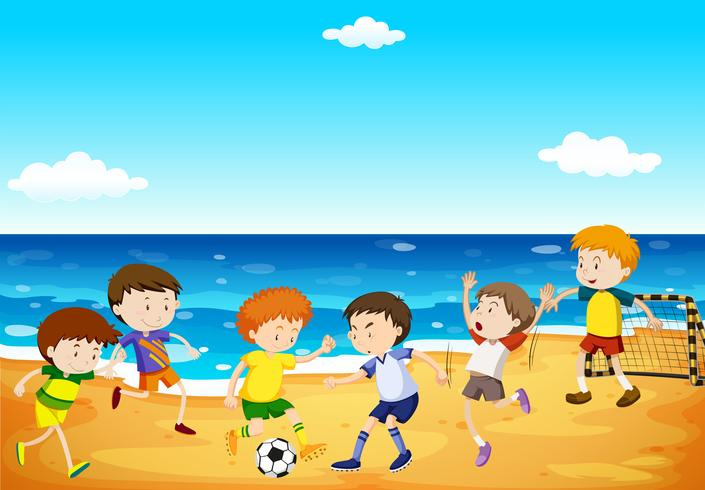 Garçons jouant au football sur la plage