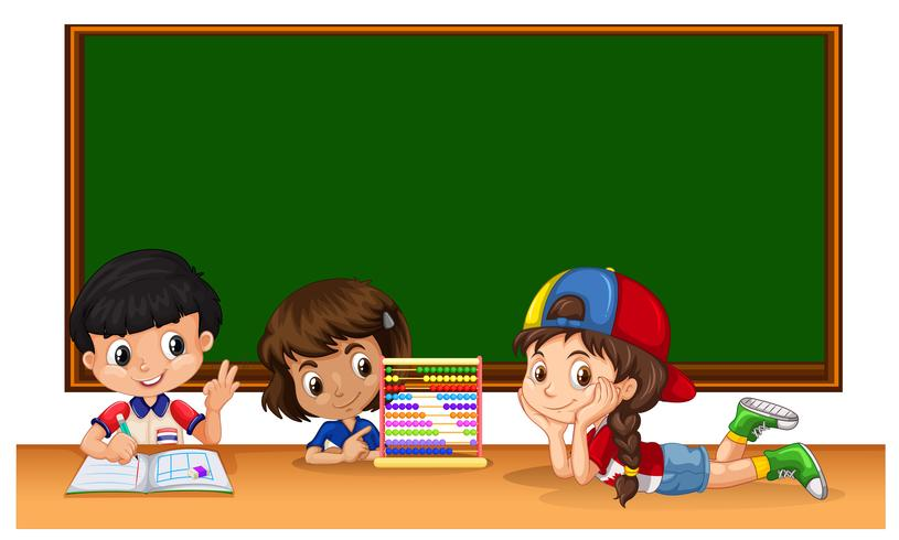 Tre studenter studerar i klassrummet