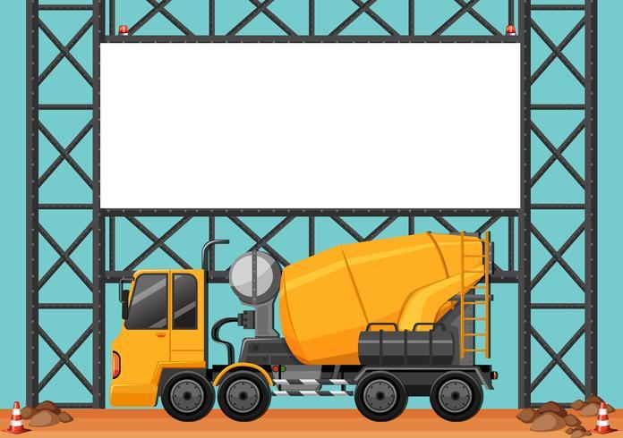 Bouwplaats met lege raad en cementvrachtwagen