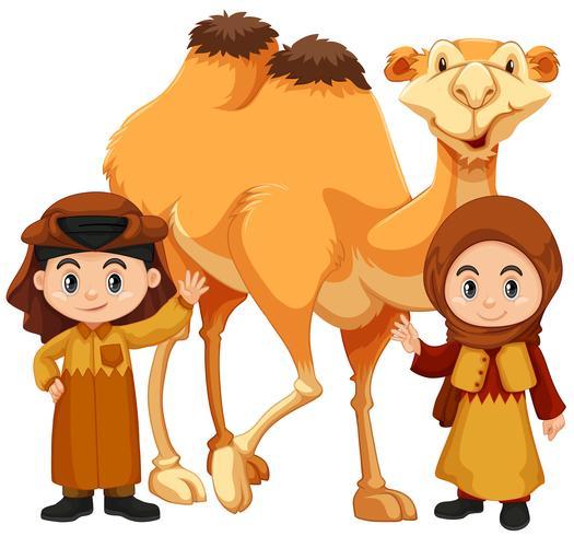 Niño y niña de pie con camello