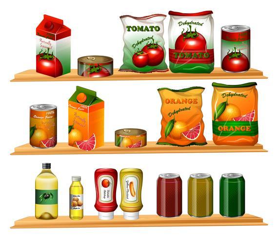 Eten in verschillende verpakkingen op de schappen