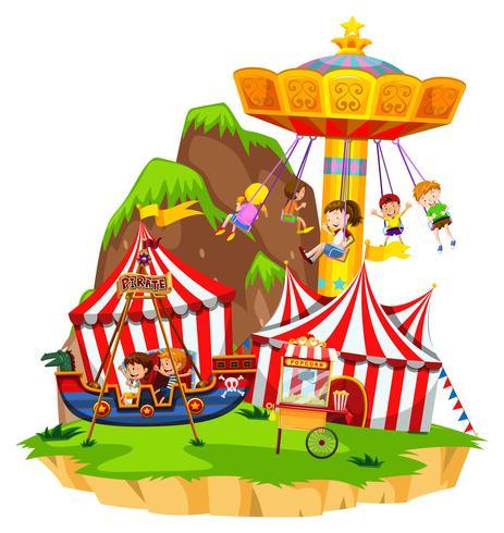 Kinder, die auf Fahrten im Vergnügungspark spielen