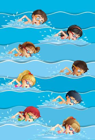 Molti bambini nuotano in piscina