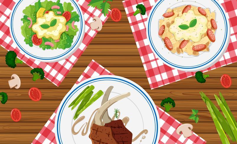 Diferentes tipos de comida na mesa de madeira