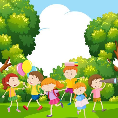 Jungen und Mädchen im Park