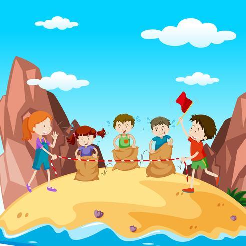 Muchos niños en la carrera de saltos en la isla.