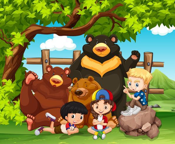 Kinder und Wildbären zusammen