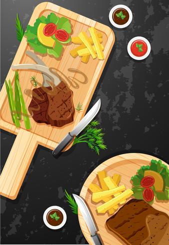 Bife e batatas fritas na placa de madeira