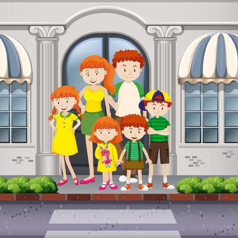 Membros da família em pé na calçada