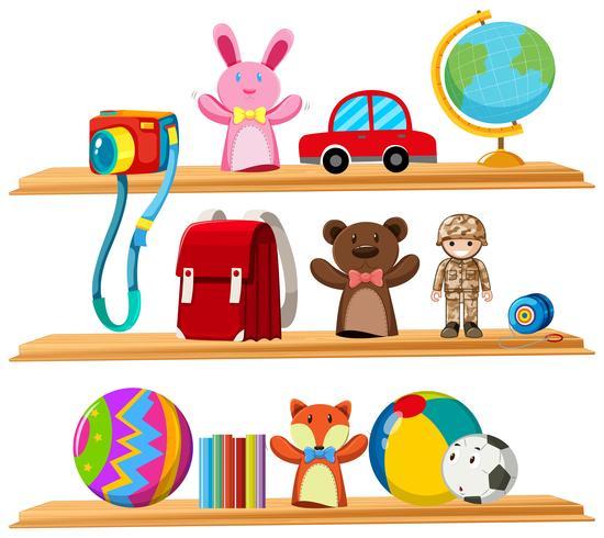 Brinquedos e livros nas prateleiras de madeira