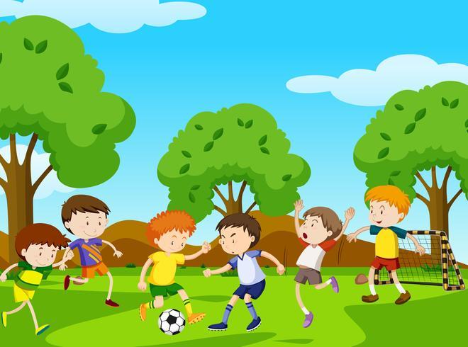 Jungen, die Fußball im Park spielen