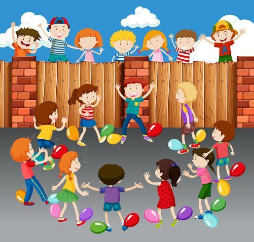 Miúdos que jogam balões na rua