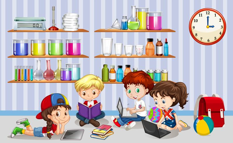 Niños trabajando en computadoras en el aula.