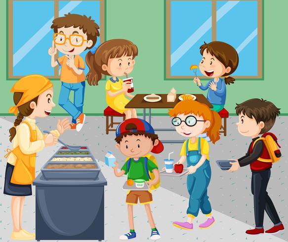 Bambini che mangiano il pranzo nella caffetteria