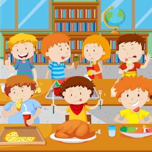 Escolares niños almorzando en la cantina.