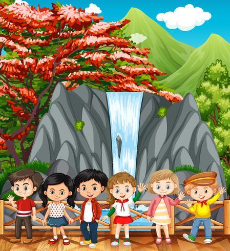 Niños felices visitando la cascada