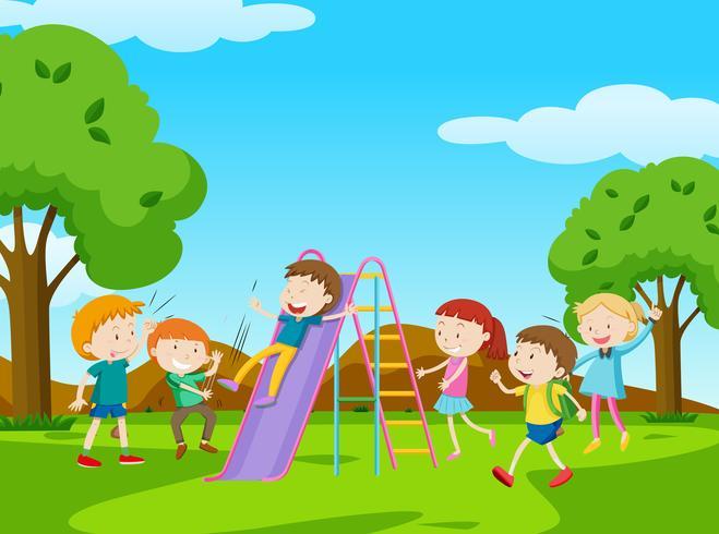 Kinderen die dia in park spelen