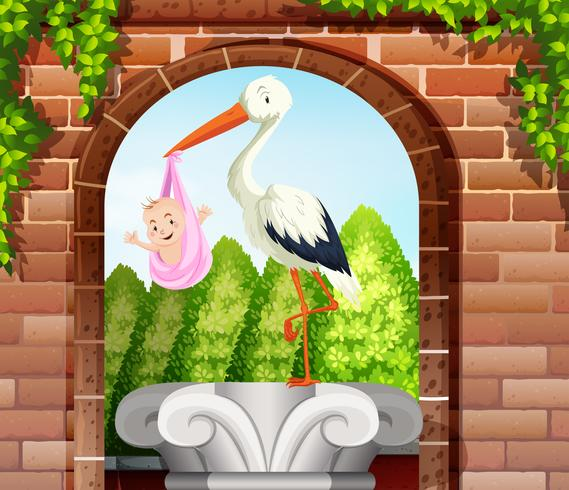 Bébé enveloppé dans un drap rose et oiseau dans le jardin