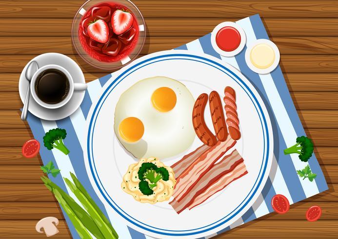 Ovos e bacon no prato com bebidas ao lado
