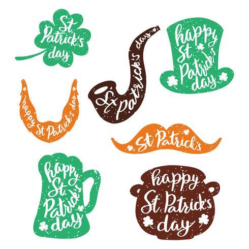 Conjunto de pegatinas emblemas con letras: hoja de trébol, jarra de cerveza, bigotes, barba, sombrero, pipa humeante, olla de monedas de oro.