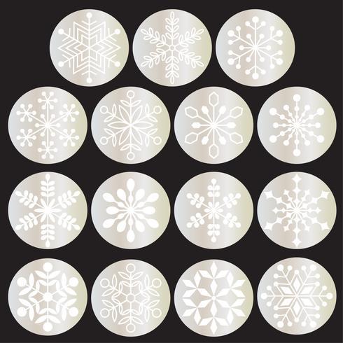Copos de nieve blancos en círculos de plata metálicos.