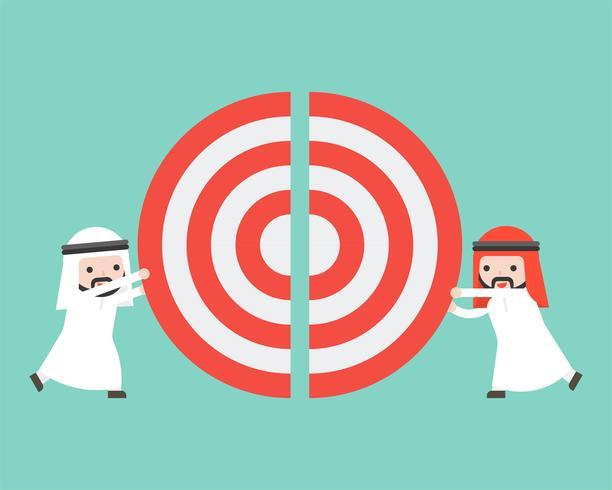 Deux hommes d'affaires arabes poussant ensemble un gros objectif